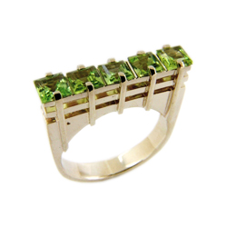 Кольцо из белого золота с хризолитами
