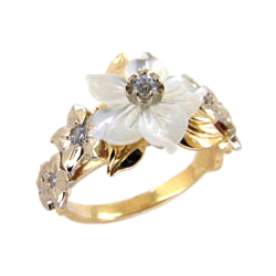 Кольцо из золота с перламутром в виде цветка и фианитами